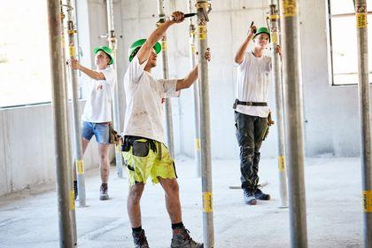 Lehrlinge beim Abbauen der Stützen