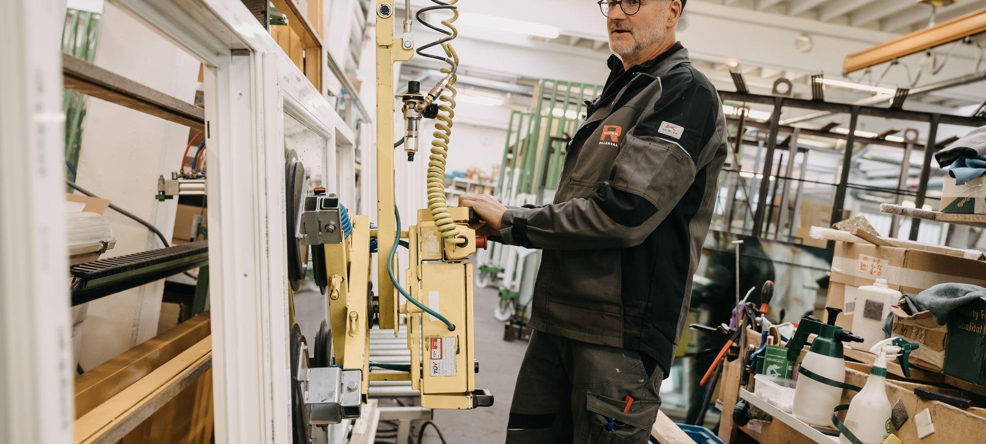Mitarbeiter PVC Fenster Produktion